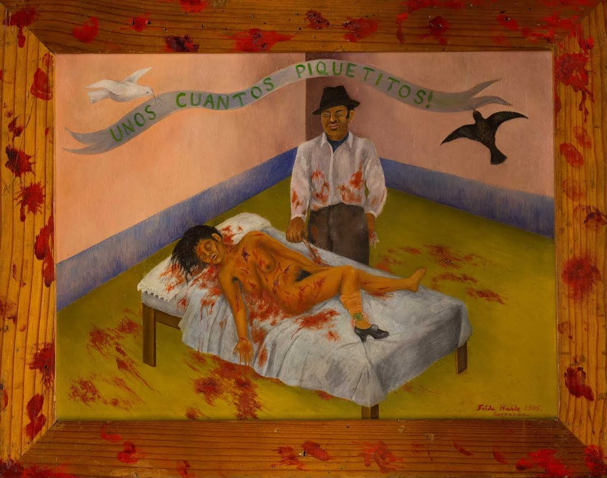 """Ο πίνακας της Φρίντα Κάλο """"Μερικές Μικρές Μαχαιριές"""" και απεικονίζει ένα στυγερό έγκλημα που είχε συνταράξει τη μεξικάνικη κοινωνία. Ένας άντρας μαχαίρωσε τη γυναίκα του 16 φορές και σχολίασε αργότερα ότι δεν την είχε πειράξει, εκτός από """"μερικές μικρές μαχαιριές""""!"""
